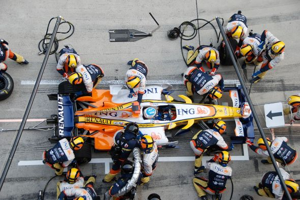 1024px-Alonso_Renault_Pitstop_Chinese_GP_2008